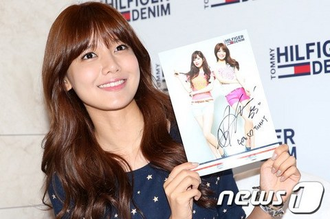 130728+sooyoung+seohyun+at+tommy+hilfiger+fansign+event (16).jpg