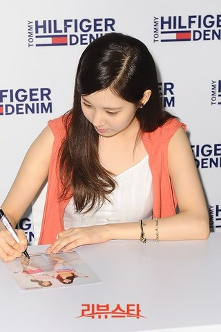 130728+sooyoung+seohyun+at+tommy+hilfiger+fansign+event (48).jpg