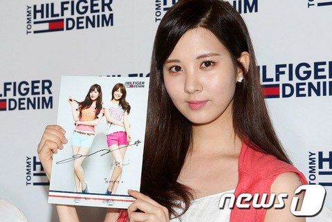 130728+sooyoung+seohyun+at+tommy+hilfiger+fansign+event (8).jpg